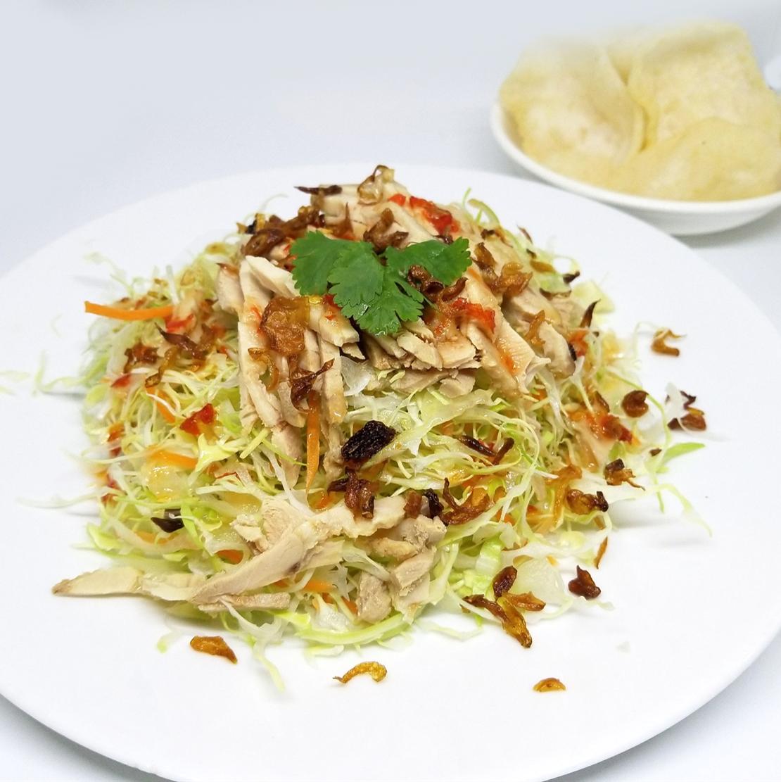 白菜和蒸鸡肉沙拉