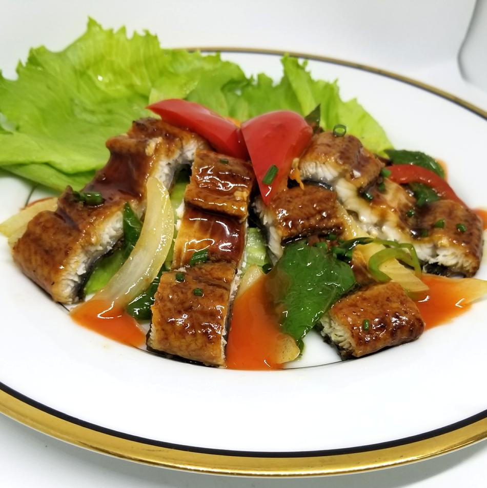 用鳗鱼和脆米饭(用椰奶)炒/用鳗鱼和柠檬草炒