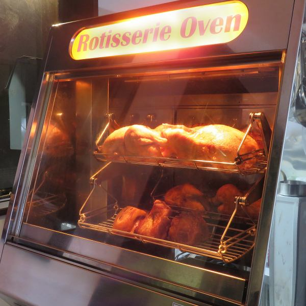 店内に設置されてるロースターではじっくりローストチキンを焼いています。焼き上がりまでお時間がかかりますので、お早目のご注文がお勧めです!