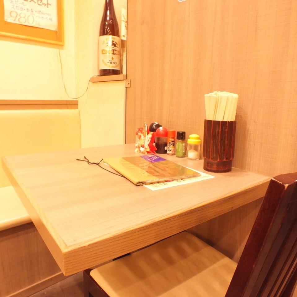 1階テーブル席。おひとりやお2人でも気軽に使えるお席もご用意!