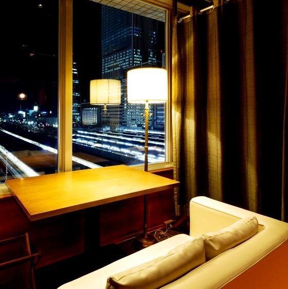 名古屋駅高層ビル群と太閤口側の夜景を一望・・・。大切な方との大切な夜を過ごす為に作られた特別なカップルシート【c-sofa】でごゆっくりおくつろぎください。横並びのソファ席で親密度も高まります。デート・お誕生日・プロポーズ・・・。様々なシーンで色あせない思い出を・・・。