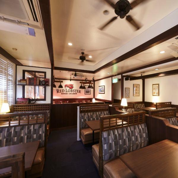ロブスターの産地・メイン州にある高級リゾート地「バーハーバー」のレストランをイメージした店内で、レッドロブスター自慢のライブロブスターが皆様をお出迎え。営業時間は24時まで。雰囲気抜群の店内はデートにもぴったり!