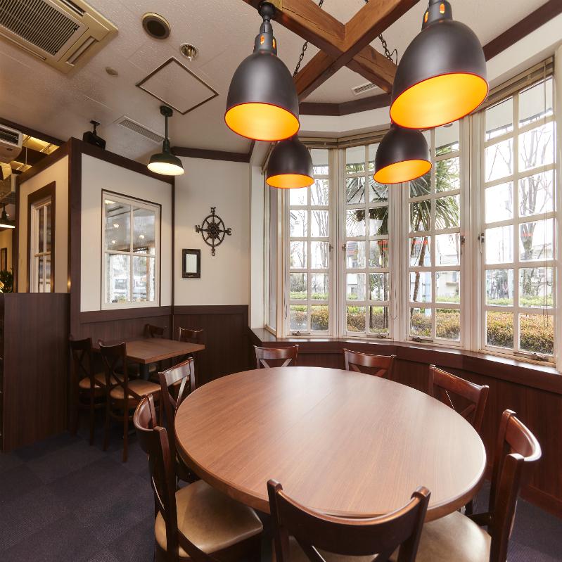 少し個室のような雰囲気もある、大きな窓と丸いテーブルが特徴的なお席。ご家族でのお食事など、大人数でのお食事にもおすすめです。テーブルいっぱいに乗ったお料理で気分も盛り上がります。