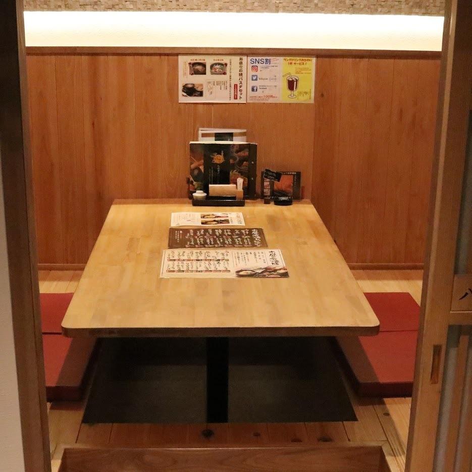 【完整隔間】有4張桌子,最多可容納4人。您可以放鬆,不必擔心婦女協會,Gokonku和家庭的用餐環境。