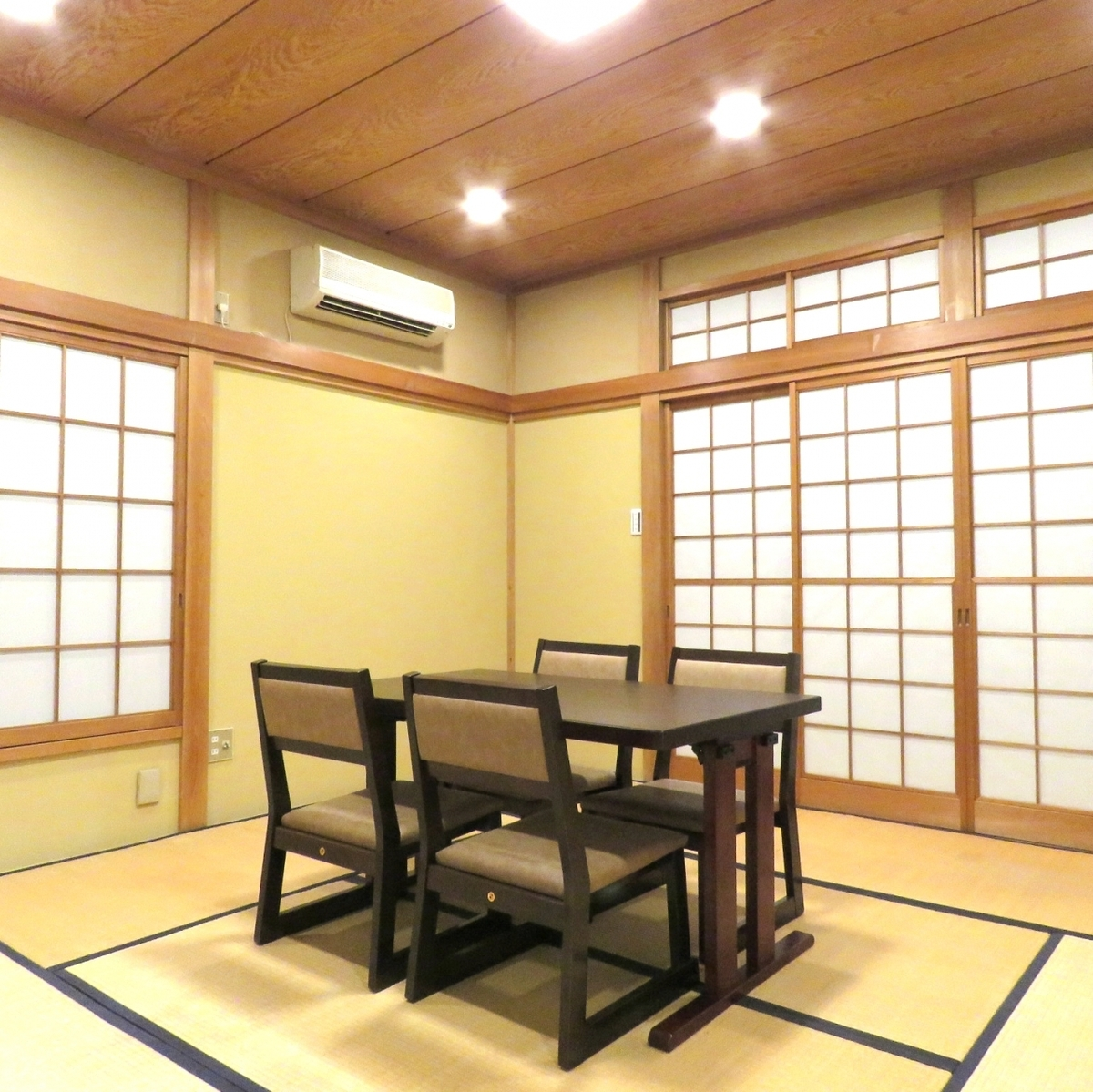 The second floor private room can be used for up to 8 people, but also for each lesson like koto, calligraphy, tea ceremony and flower arrangement.We are also renting the rooms themselves, which is ideal for deepening friendship such as dinner party between friends and recital of practice.Please do not hesitate to contact us for rental fee or desired date / time.