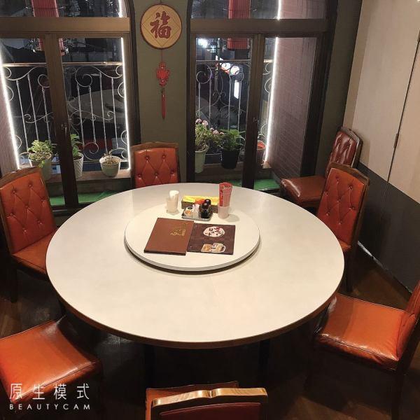 2階の洋間は、テーブル席をご用意しています。少人数はもちろん!テーブルをつなげて大人数での宴会も可能!貸切宴会は最大130名様までご利用可能です!落ち着きのあるモダンな空間で20年続く老舗の本格中華をご堪能いただけます!会社宴会からご家族でのお食事まで幅広いシチュエーションでお楽しみください!