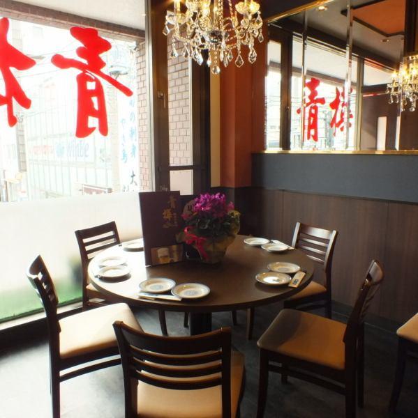 武蔵新田駅の改札を出ると当店はすぐ目の前!本場の味をリーズナブルな価格でお楽しみいただけるアットホームなお店です。最大130名様での貸切のご利用も可能。ゆったりとお寛ぎいただける和室のお座敷は最大30名様迄!少人数での飲みや大人数での宴会、ご家族でのお食事まで様々なシチュエーションでご利用ください!