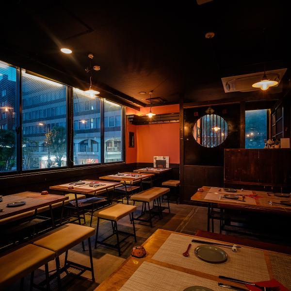 広々した店内はこだわりの照明が壁や床に反射して温かみのある空間となっています!4名様テーブル席やカウンター席など、様々なシーンでお使いいただけます。テーブルレイアウトなども変更可能なので大小宴会にどうぞ!