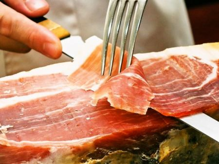 Cut off the Spanish production aging wood ham