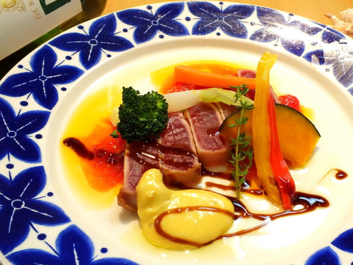 本日の鮮魚のレアステーキ ガーリック風味のアイヨリソース