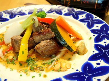 切块牛肉和土豆牛排配辣根