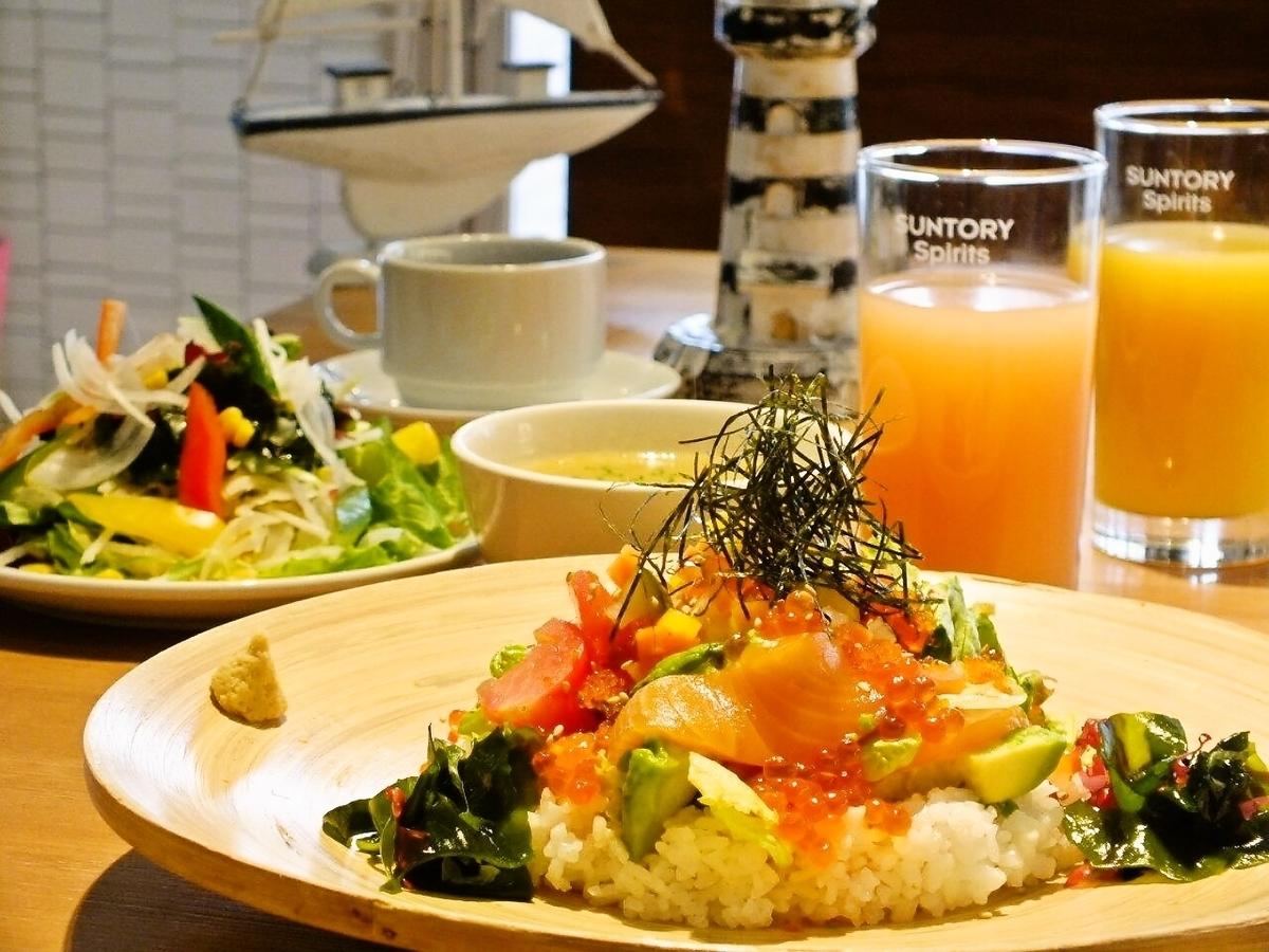 西式海鮮盤飯(沙拉+湯+飲料吧)980日元(含稅)