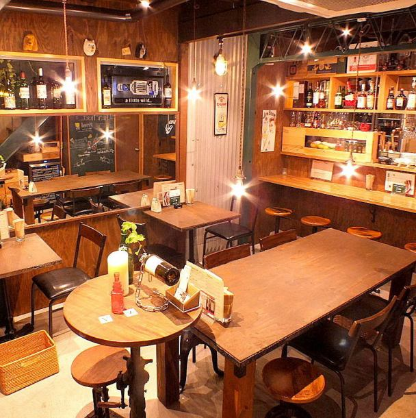ダークブラウンの木目とダウンライトで落ち着いた雰囲気のおしゃれな店内。こだわりのインテリアも◎デートや女子会にも最適な空間です!旬な食材でこだわり料理を嗜む語らいの時間を過ごすなら、是非「Chancheat」で♪