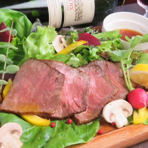 新鮮な野菜とともに食べる半熟成の『黒毛和牛ローストビーフ』100グラム1500円(税抜)