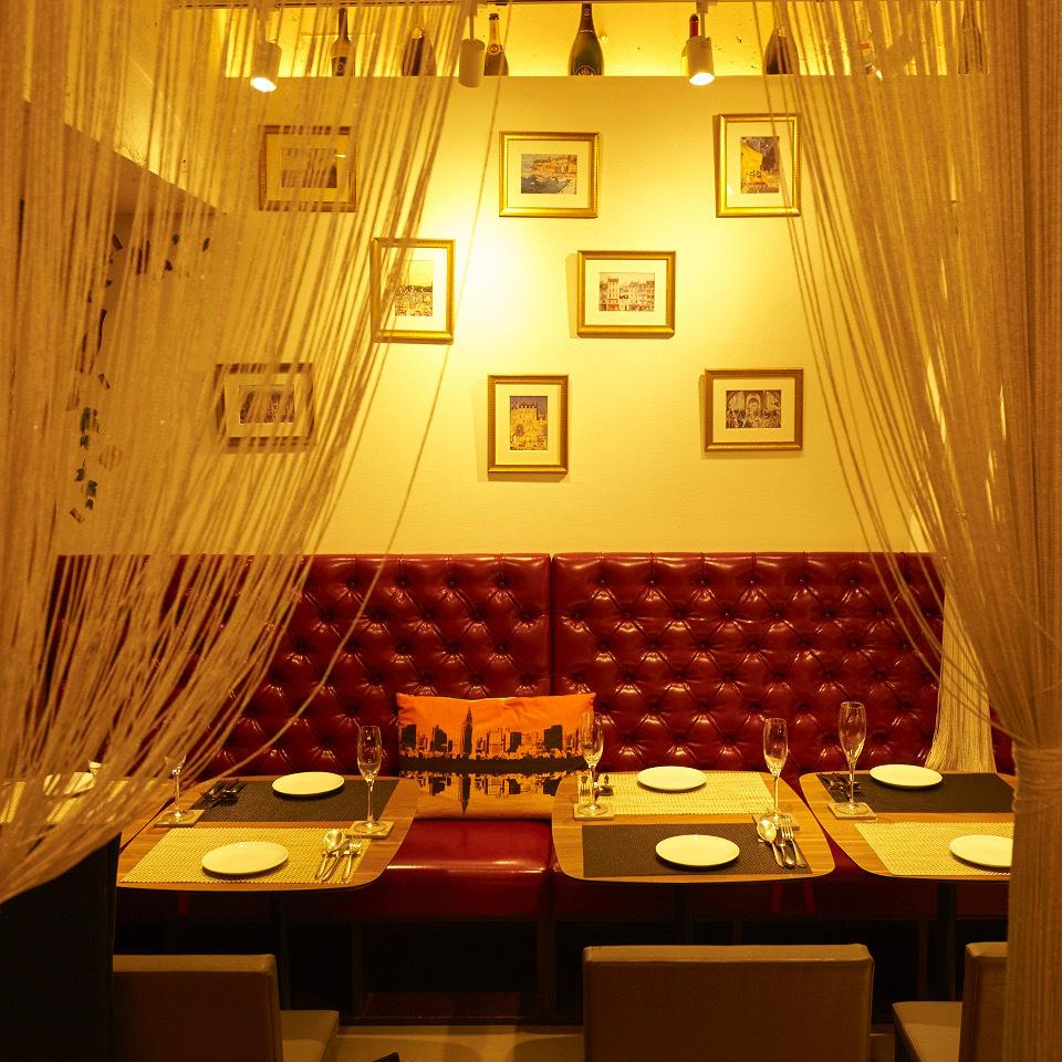 請在寬敞的空間享受午餐和晚餐,充分開放!