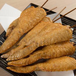 Deep-fried chicken wings skewers