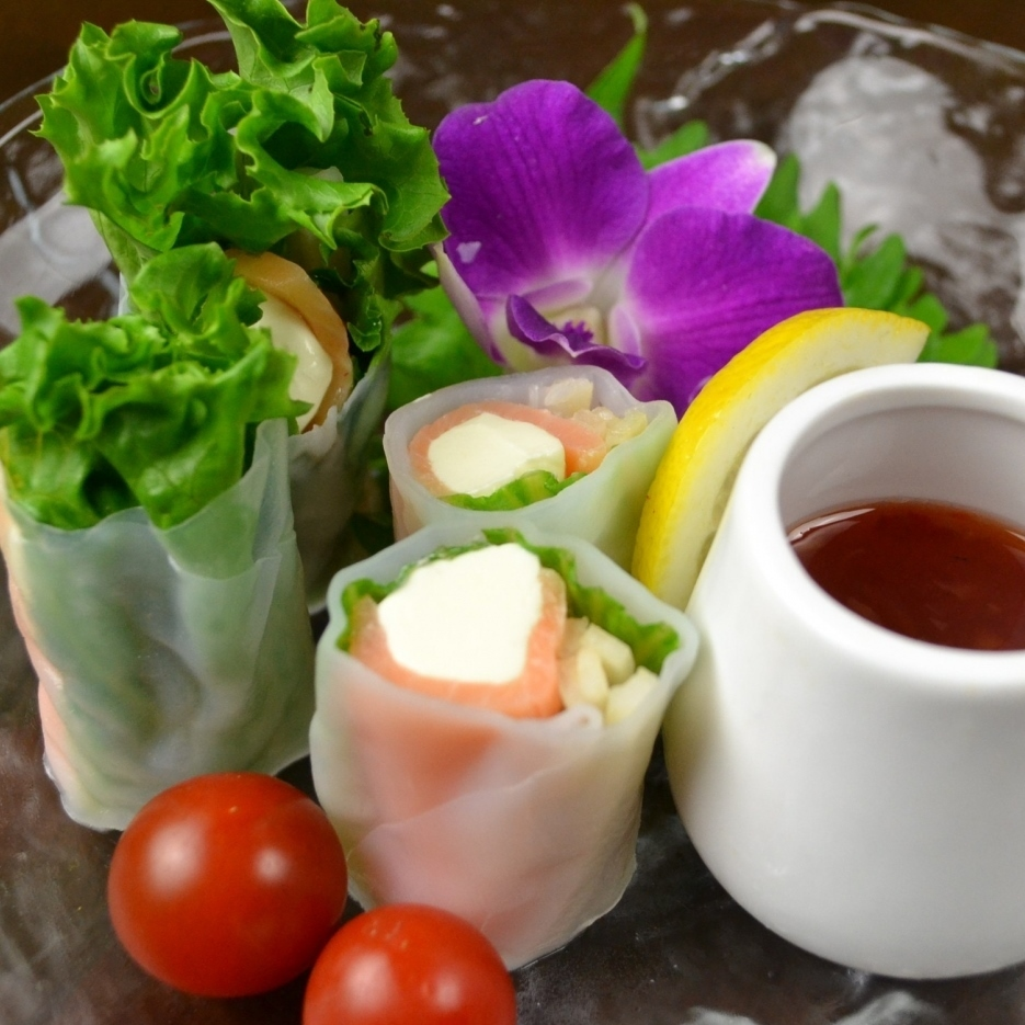 Salmon and cream cheese raw spring roll