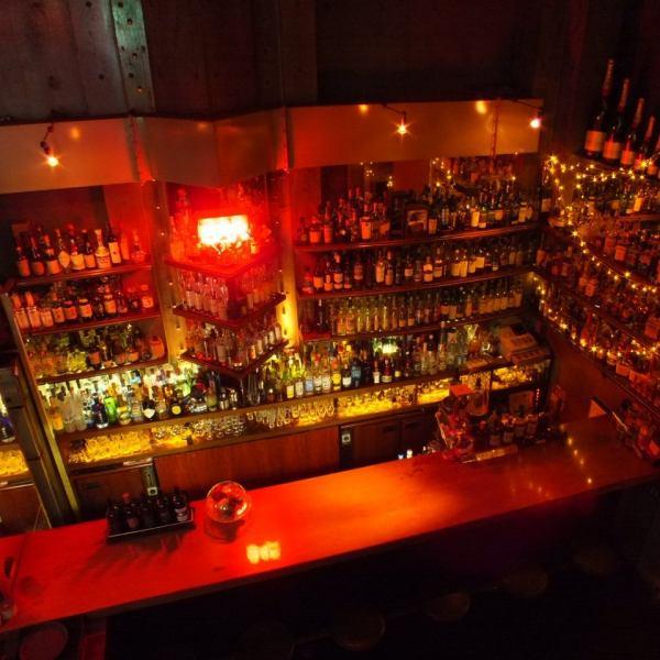 "Bar TIPTOPの扉を開けるとそこには物語の中に入ったかのような雰囲気抜群な空間が広がっています。恋人と来るのはもちろんのこと、大切な方や仲の良いお友達など、誰を連れて行っても喜ばれること間違いなし!店内に一歩踏み込めばその雰囲気に""おしゃれだな・・・""とつい口走ってしまいます。"