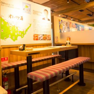 進入商店後,桌位略高。最多可容納6人。提供立杆。可以喝290日元的製服零食