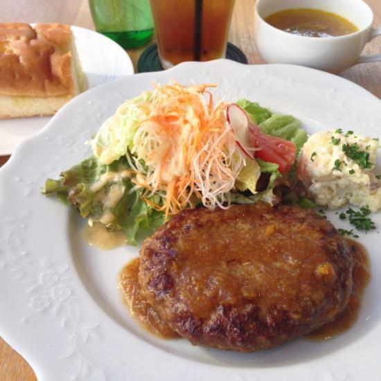 日替わりで3種類の前菜とメイン料理を堪能ワンプレートランチ
