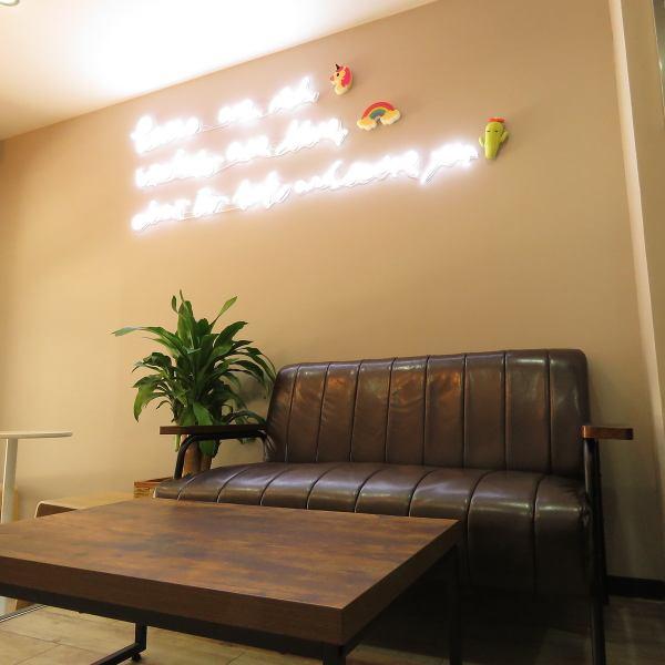 【写真映え◎フォトジェニックなソファ席】座り心地抜群のソファ席は、ゆったり落ち着ける空間としてだけでなく、写真映えスポットとしてもご利用いただいております♪壁に飾られたネオンサインを背景に、買ったドリンクと一緒に撮った写真はインスタ映え◎