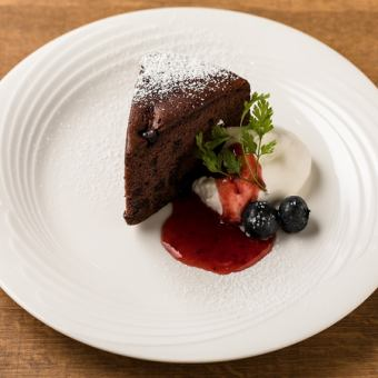 Gateau chocolate chocolate & berry W sauce