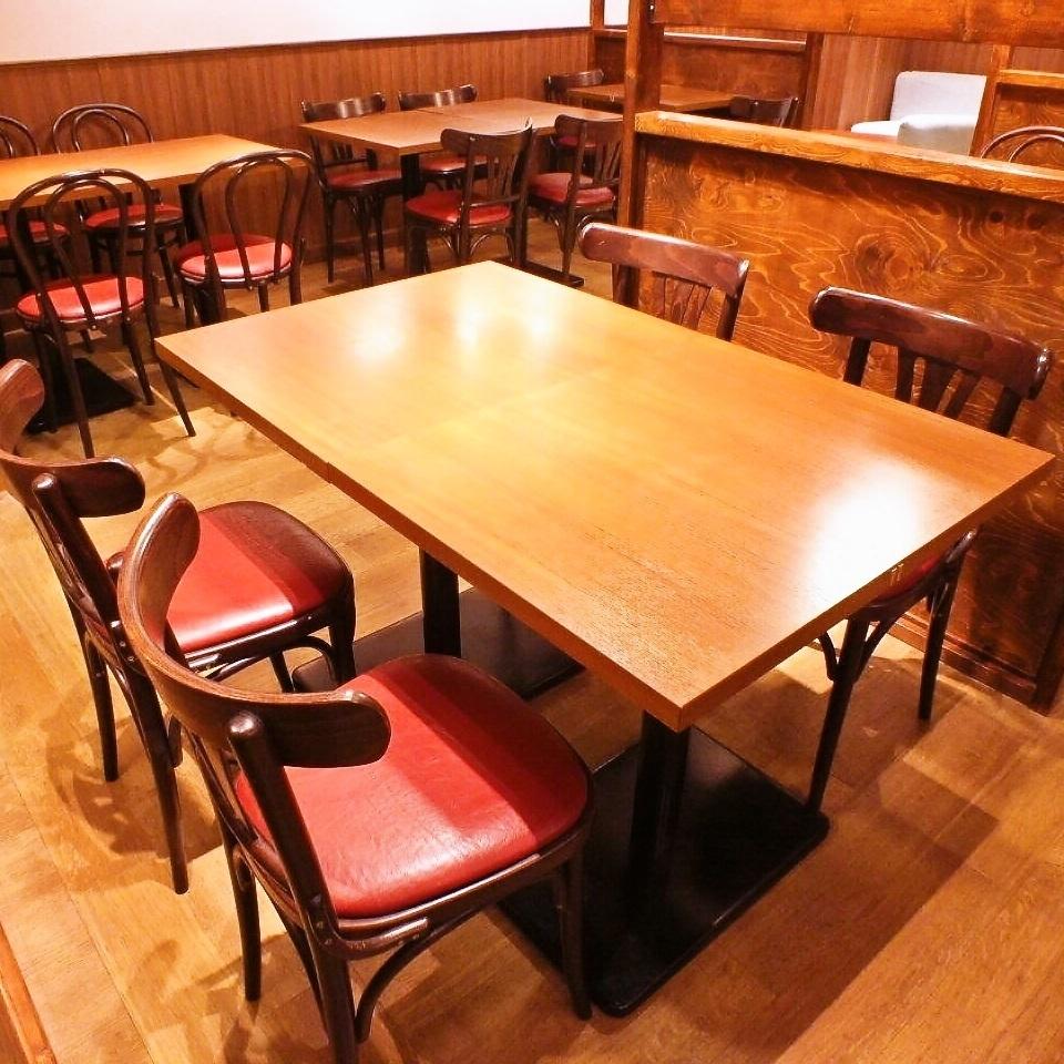 4 명에서 이용 추천 테이블 석.주위의 테이블과 떨어져 있기 때문에 대화도 신경 쓰지 않고 즐길 수 있습니다.