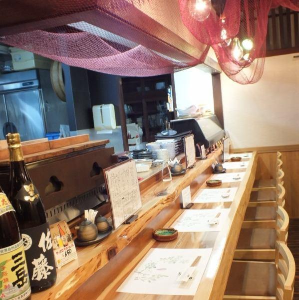 【柜台座位】拥有秋田天然雪松作为板的柜台座位。您可以在感受到平静的木材温暖的同时喝醉。很快就会有七个人得救。最多可预订2人。美味的晚餐,一杯幸福。
