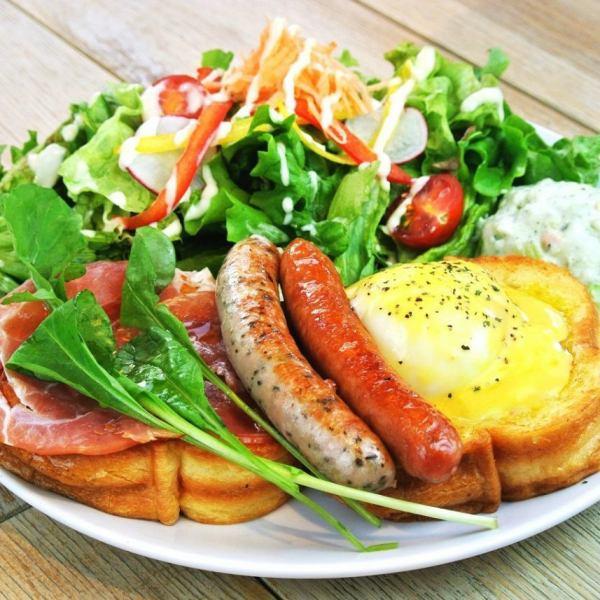 """膳食为主菜单""""熏火腿和两种香肠班尼迪克蛋的"""""""