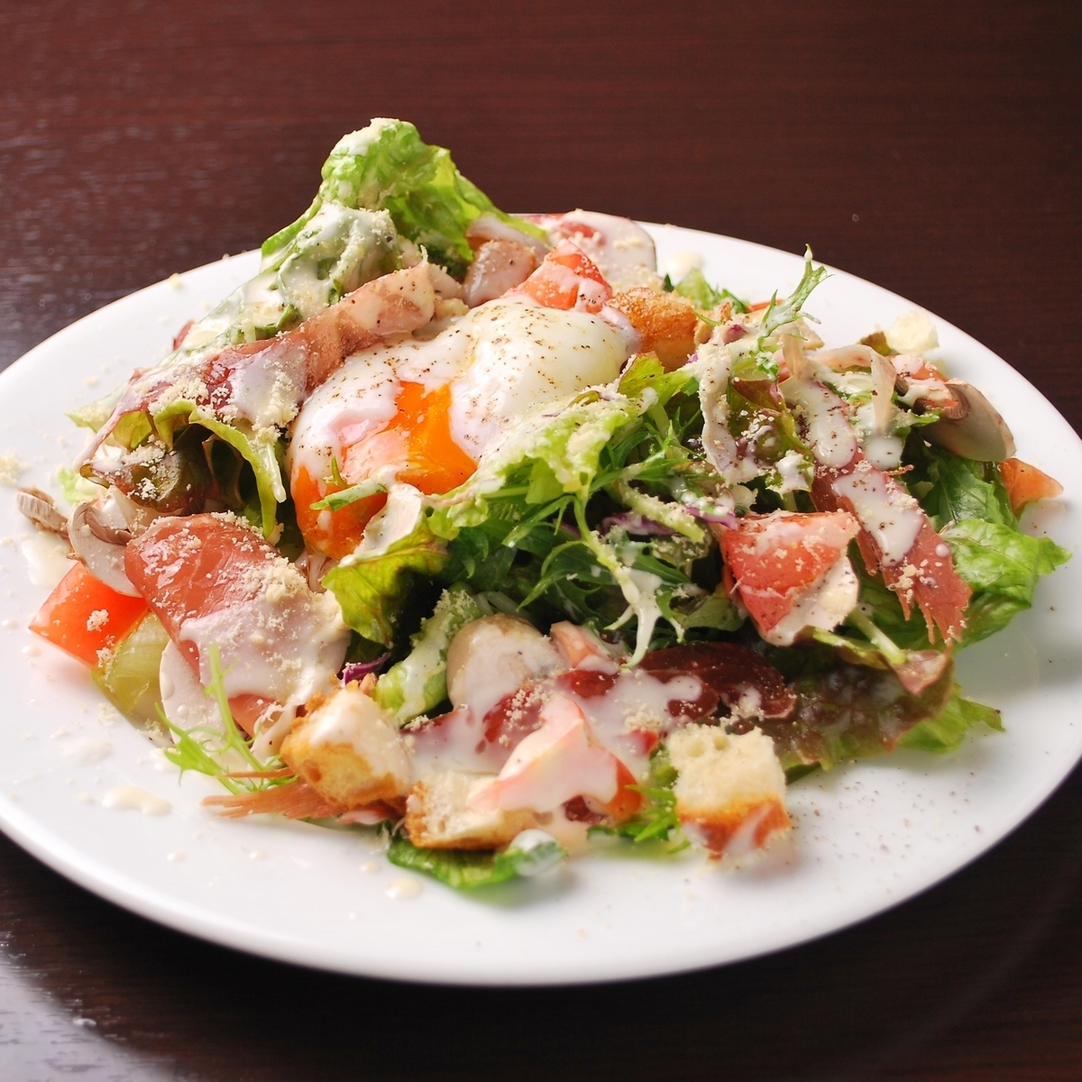 Caesar salad with Spanish-made ham and half-rounded egg