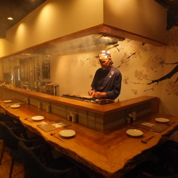 【Counter Seats with Plenty of Abundance】 A long counter that lasts from the moment you enter the shop to the back, and the yakitori is nearly full of presence.It is also ideal for dates side by side and for small groups!