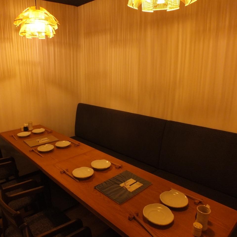 【1F】壁挂式沙发座椅。最多可容纳8人。◎在一个小型宴会上