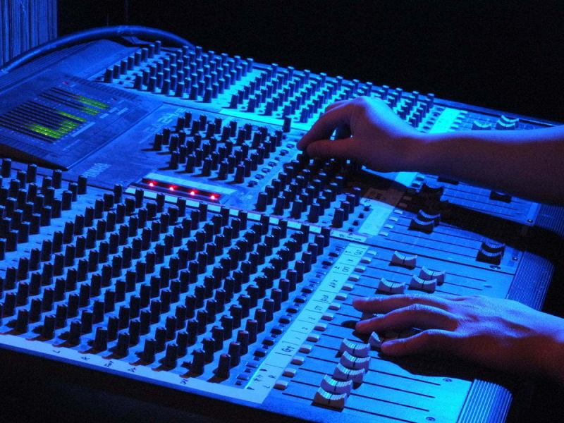 Professional acoustic & lighting equipment handled by former professional sound man.You can play live, karaoke, stage, entertainment with the best sound quality.Ideal for pursuers and launch! Also please leave the second party of the company banquet etc. Of course!
