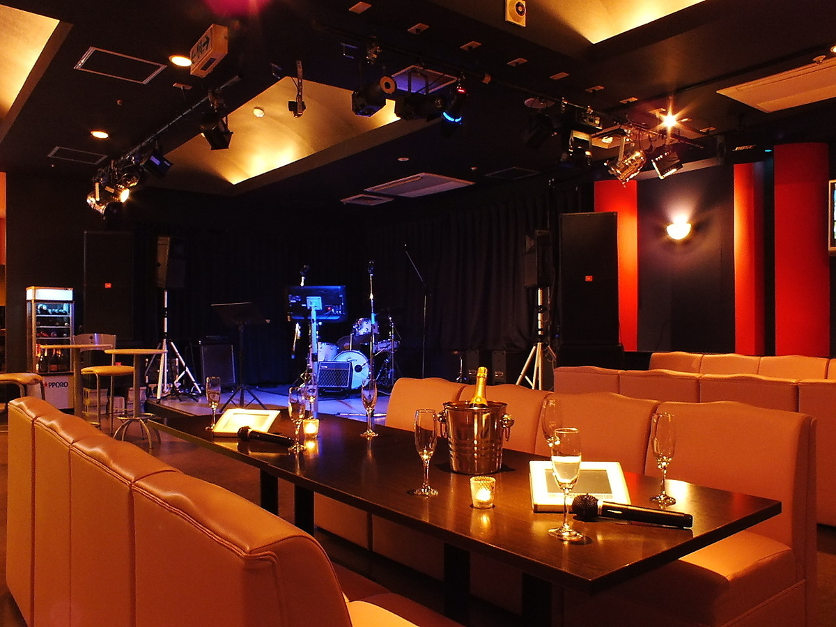 Various musical instruments are available so that various performances can be performed at the live stage.
