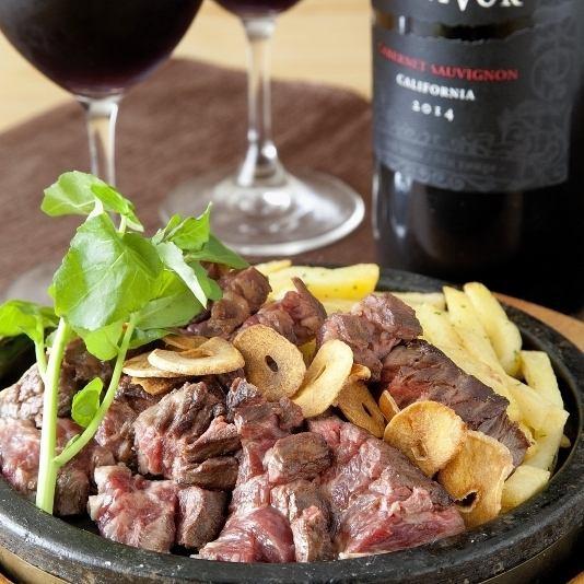 『厚切りハラミステーキ』 霜降りの部分だけを厚切りに『厚切りとろたん』など…。お肉と野菜、ワインなど