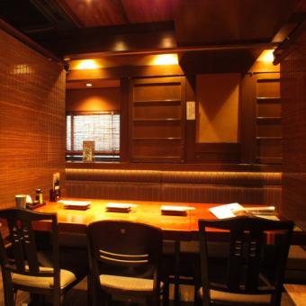 テーブル 6名様[4~6名様]すだれでお隣のお席と区切ることができるお席です。会社帰りのちょい飲みや友人とのお食事に、女子会などにも是非◎当店自慢の炭火串焼きや旬のお料理、季節日本酒などをご用意してお待ちしております♪