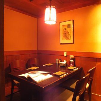 テーブル個室 4名様[2~4名様]ホッとひと息つきたいときに最適なお席です。個室に区切られたやすらぎ空間で、当店自慢の炭火串焼きとオリジナルの地ビール、季節日本酒をお楽しみ下さい☆お席のみのご予約で使える限定クーポンもご用意しているので、是非ご利用下さい♪