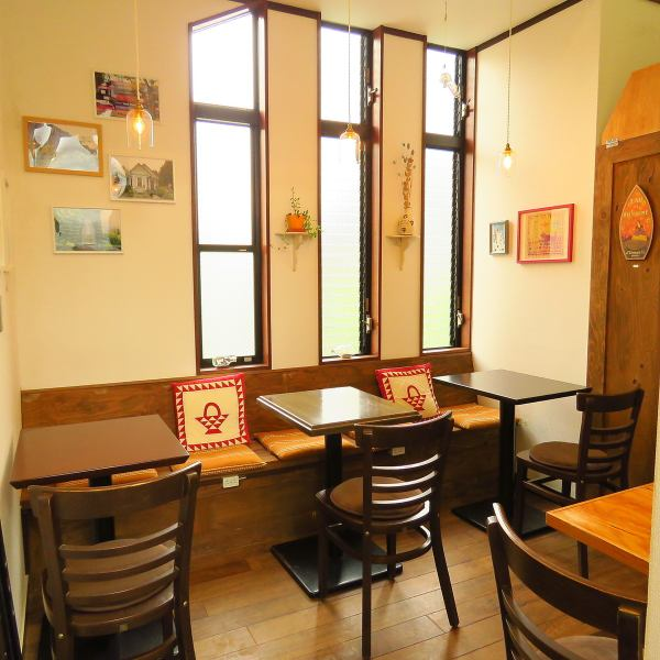 There are table seats available for 8 to 10 people at 4 tables in the 2F seats.While many portland landscape photos are displayed, artworks and antique pieces directly bought by shopkeepers in Portland are exhibited and sold at reasonable prices ♪