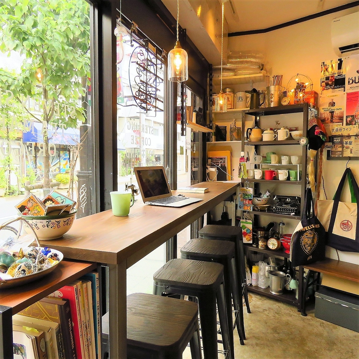 Inside the store where you can see Chazawa street over the glass.There are four seats at the counter for the 1st floor seating of movie posters and Oregon craft beer.It's just right for a break, it's a relaxing shop ♪
