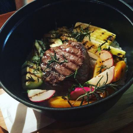 岩鹽蒸牛肉裡脊肉和有機蔬菜