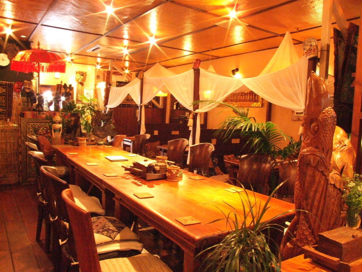 Table seat that can be used by large number of people.Enjoy your meal with friends while enjoying the Asian atmosphere ♪