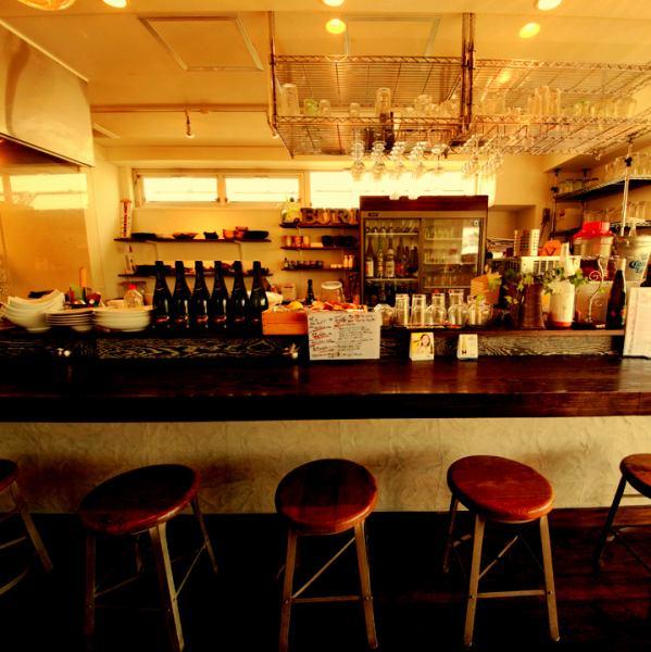 前面的vall空間是一個隨意吸引的休閒氛圍。還有一個櫃檯,即使您獨自一人也可以享受它。它是配對顧客和情侶的熱門座位♪