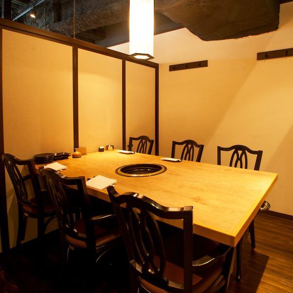 2名様~最大10名様収容のテーブル式個室は様々なご利用に最適。