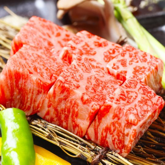Enjoy thickly sliced ​​roasted beef cut out from Hokkaido's finest Kuroge Wagyu in a private room with relaxed calm atmosphere