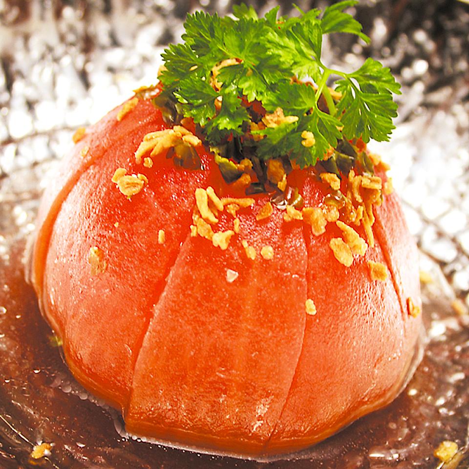 Whole tomato salad / onion and raw ham salad