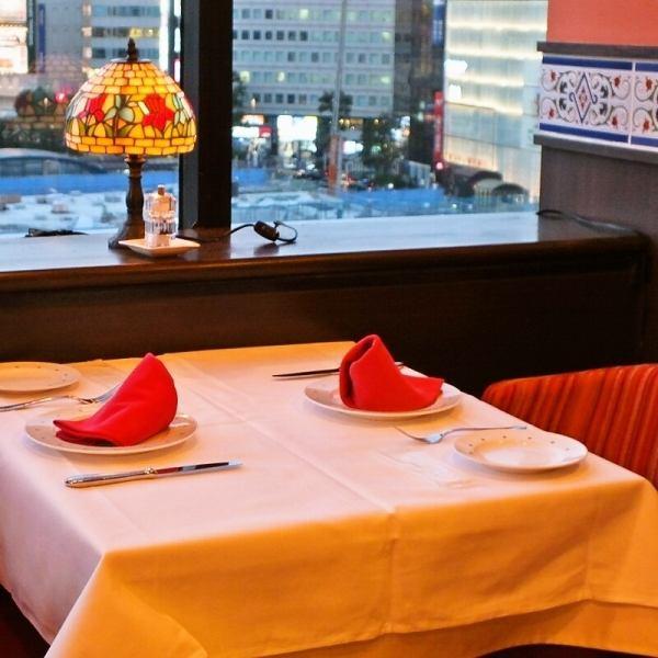 デートにオススメ最適ウィンドサイドテーブル。横浜の夜景と、オレンジを貴重とした落ち着いた店内でムード作りに…♪サプライズサービスで素敵な時間を演出致します♪