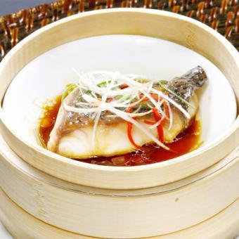 흰살 생선의 파 생강 소스 찜
