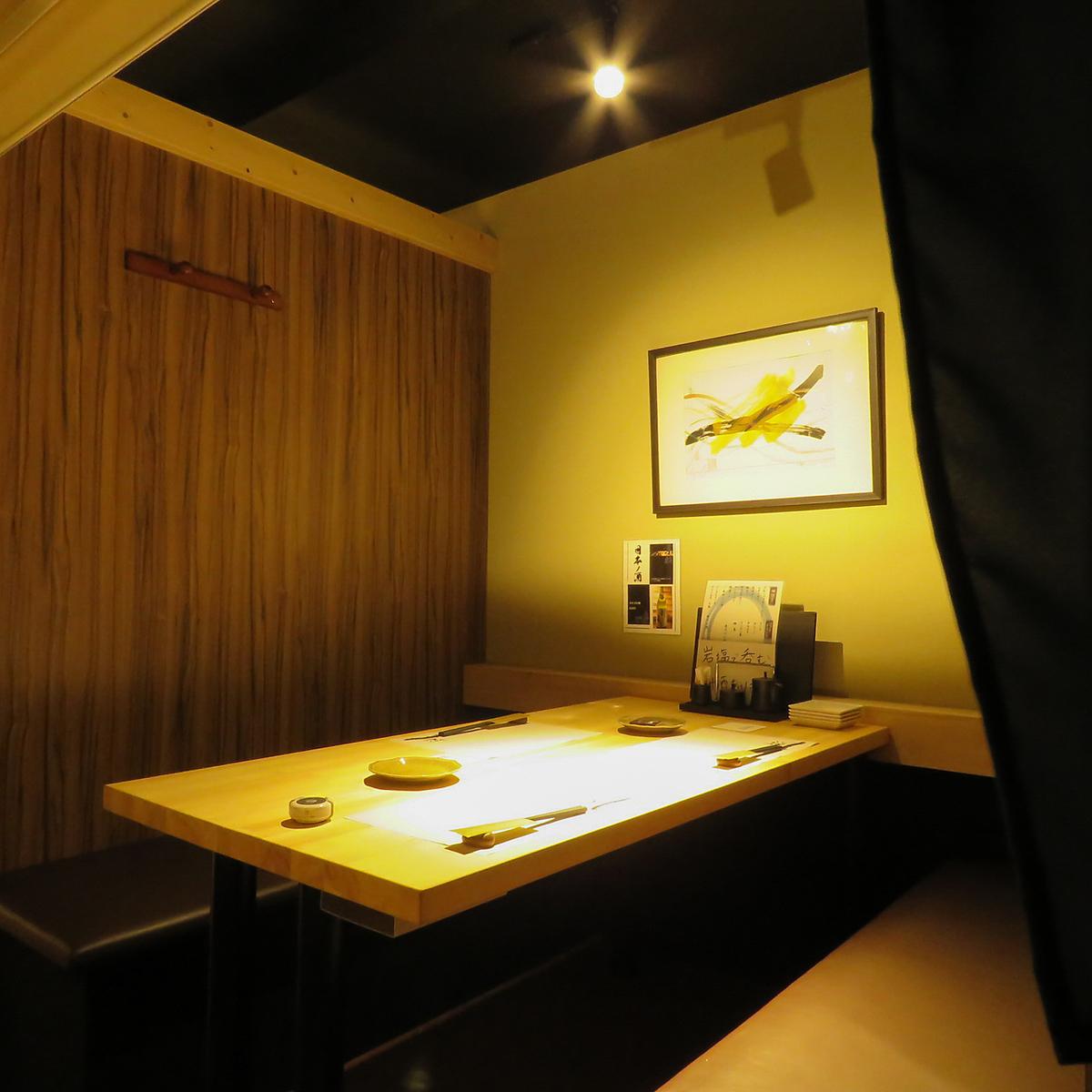 半個室のプライベート空間は少人数でも使えます。デートや接待にピッタリの大人な空間です!!ゆっくり北海道の食材を楽しむことが出来ます♪仕切りはロールカーテンになります
