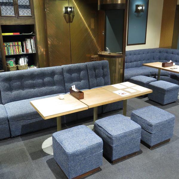 【ゆったり落ち着けるソファー席】4名ソファー席が4卓、6名ソファー席が2卓のご用意がございます。ゆったり落ち着ける席ということで常連客にも人気の席です。席を繋げて最大10名様~12名様に変えることも可能ですのでお気軽に御相談下さい。