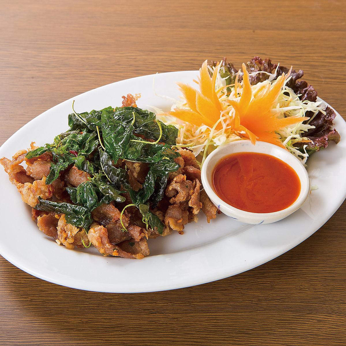 猪肉油煎的草本/辣沙拉用虾和柠檬草